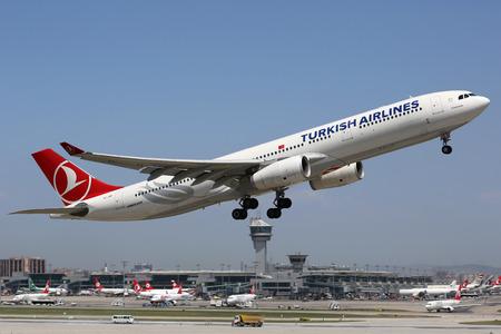 Istanbul, Turkije - 15 mei 2014: A Turkish Airlines Airbus A330-300 met de registratie TC-JNP stijgt van Ataturk International Airport (IST) Istanbul in Turkije. Turkish Airlines is de grootste luchtvaartmaatschappij van Turkije, met haar hoofdkantoor in Istanbul.