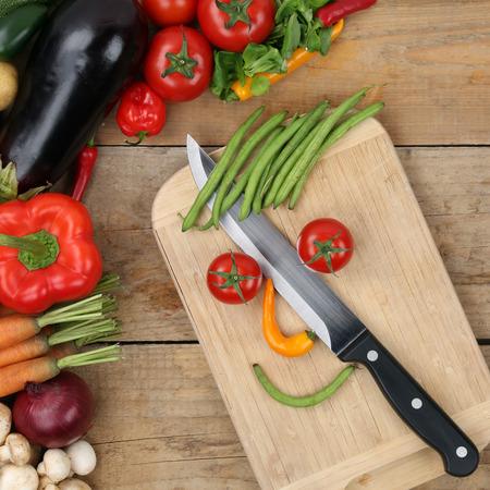 Gezond eten bereiden van voedsel lachende groenten gezicht op snijplank