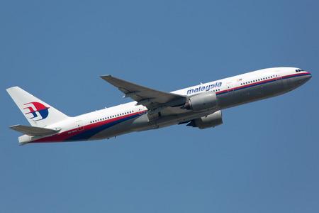 Frankfurt, Duitsland - 19 juni 2013: Een Malaysia Airlines Boeing 777-200 met de registratie 9M-MRG stijgt op van de luchthaven van Frankfurt (FRA) in Duitsland. Dit vliegtuig is de zuster vliegtuig van de neergestorte vliegtuigen serveerde ze de registratie 9M-MRO en 9M-MRD.