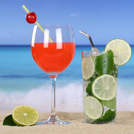 bebidas frias: C�cteles y bebidas fr�as en la playa con la arena y el mar Foto de archivo