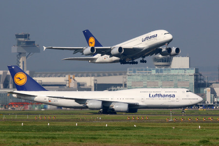 boeing 747: Francoforte, Germania - 17 settembre 2014: Lufthansa Airbus A380 e Boeing 747 a Aeroporto di Francoforte (FRA). Lufthansa è la compagnia di bandiera tedesca e la più grande compagnia aerea d'Europa con circa 665 aerei. L'aeroporto di Francoforte è il più grande hub.