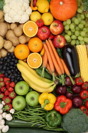 Vegetarische groenten en fruit zoals appel, sinaasappel en tomaat achtergrond Stockfoto