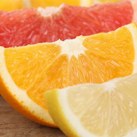 naranjas: Una alimentación sana primer plano de frutos de naranja, limón y pomelo en rodajas