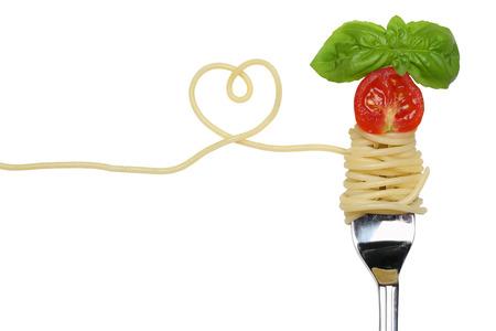 Spaghetti noedels pasta maaltijd met hart, tomaat op een vork liefde onderwerp Stockfoto