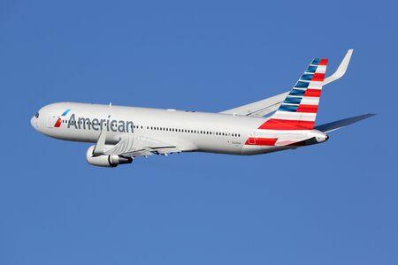 Barcelona, ??Spanje - 11 december 2014: An American Airlines Boeing 767-300 met de registratie N349AN opstijgen vanaf de luchthaven van Barcelona (BCN) in Spanje. American Airlines is 's werelds grootste luchtvaartmaatschappij met 619 vliegtuigen en 108 miljoen passagiers. Is h Stockfoto - 36506580