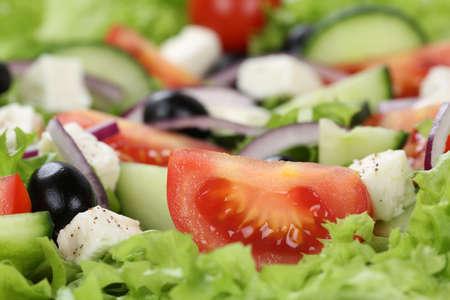 ensalada tomate: Cierre de ensalada griega con tomate, queso feta, cebolla y aceitunas