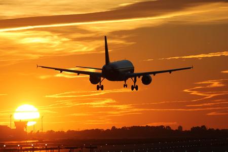 Een vliegtuig landing op een vliegveld tijdens zonsondergang op vakantie tijdens een reis