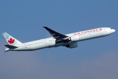 Frankfurt, Duitsland - 17 september 2014: Een Air Canada Boeing 777 opstijgen vanaf Frankfurt International Airport (FRA). Air Canada is de Canadese nationale luchtvaartmaatschappij en de grootste luchtvaartmaatschappij met een aantal 172 vliegtuigen.