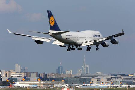747 400: Francoforte, Germania - 17 settembre 2014: A Lufthansa Boeing 747-400 Jumbo Jet atterraggio all'aeroporto internazionale di Francoforte (FRA). Lufthansa è la compagnia di bandiera tedesca e la più grande compagnia aerea d'Europa con alcuni 665 aerei. L'aeroporto di Francoforte è il suo più grande hub.