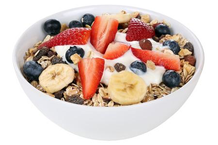 yogur: Muesli de frutas para el desayuno en un tazón con frutas como la frambuesa, los arándanos, plátano y fresa aislados Foto de archivo