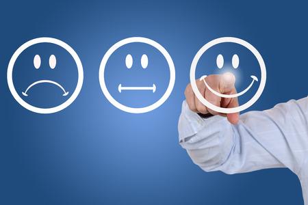 사업가 웃는과 서비스 품질에 대한 긍정적 인 투표를 준다 스톡 콘텐츠