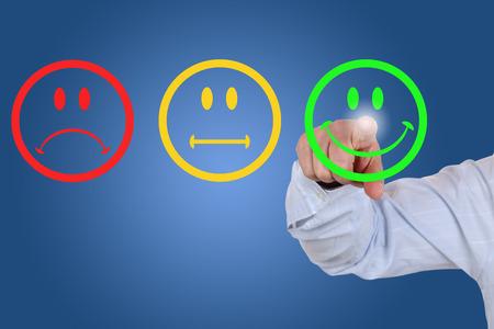 ottimo: Uomo d'affari dà un voto positivo per la qualità del servizio con uno smiley verde