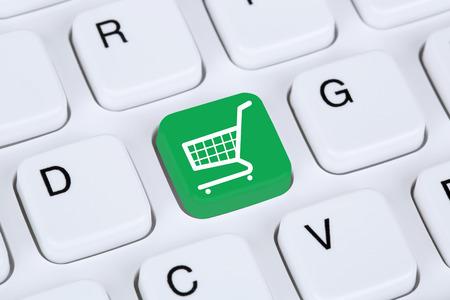 Online winkelen e-commerce internet winkel concept met het winkelwagentje Stockfoto