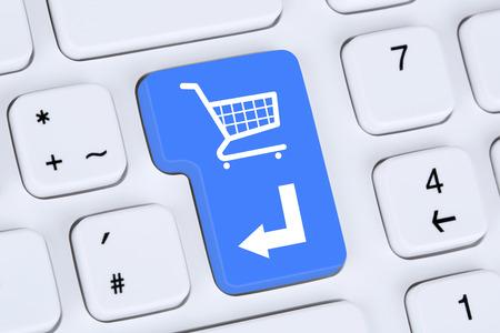 Online winkelen Om e-commerce internet winkel concept met het winkelwagentje