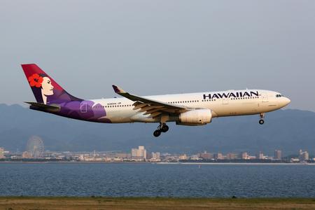 hawaiana: Osaka Kansai, Japón - 24 de mayo 2014: Un A330-200 Hawaiian Airlines Airbus con el registro N380HA acercarse Osaka Kansai Airport (KIX) en Japón. Hawaiian Airlines es una aerolínea estadounidense con sede en Honolulu, Hawaii. Editorial