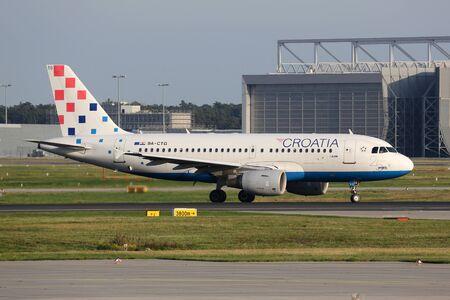 bandera de croacia: Frankfurt, Alemania - 17 de septiembre 2014: Un A319 Croatia Airlines Airbus rodaje en el aeropuerto internacional de Frankfurt (FRA). Croatia Airlines es la aerolínea de bandera croata con su principal centro de operaciones en el aeropuerto de Zagreb.