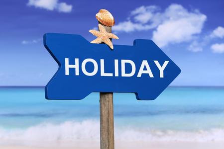 sommerferien: Feriensommerferien auf Holzpfeil mit Strand und Meer