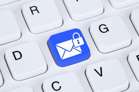 correo electronico: Env�o de protecci�n de correo electr�nico de correo seguro encriptado a trav�s de Internet en el teclado del ordenador con el s�mbolo de carta