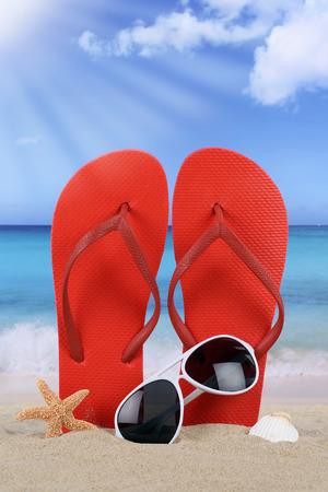 vacaciones en la playa: Escena de la playa con chanclas sandalias en las vacaciones de verano, días de fiesta