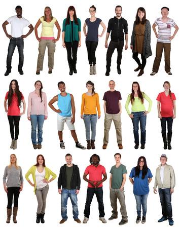 Grote multi-etnische groep van lachende gelukkige jonge mensen die op een witte achtergrond