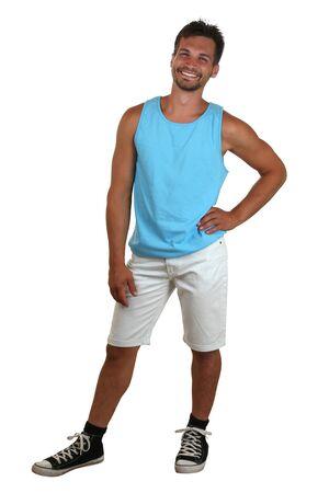 Ganzkörper-Porträt einer lächelnden jungen Mann im Muskel-Shirt auf einem weißen Hintergrund