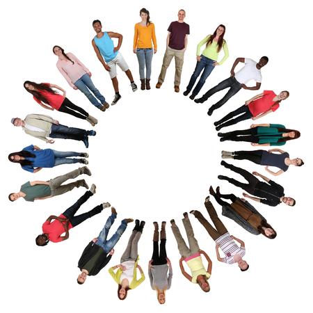 Lachend gelukkig multicultureel multi-etnische groep van jonge mensen in cirkel geïsoleerd op een witte achtergrond Stockfoto