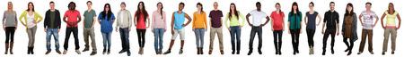 Lachend gelukkig multicultureel multi-etnische groep van jonge mensen staan in een rij geïsoleerd op een witte achtergrond