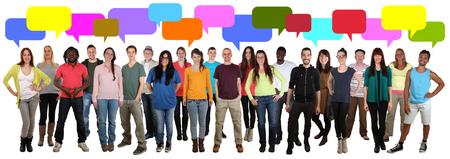grupos de personas: Feliz de varios grupos étnicos de la sonrisa de los jóvenes que hablan con bocadillo aislado en un fondo blanco