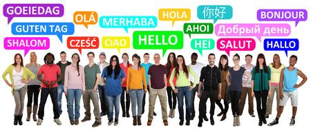 Multi-etnische groep van lachende jongeren zeggen hallo in verschillende talen