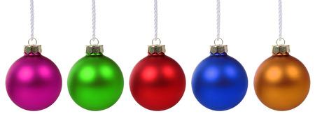 白い背景に分離された行でカラフルなクリスマス ボール