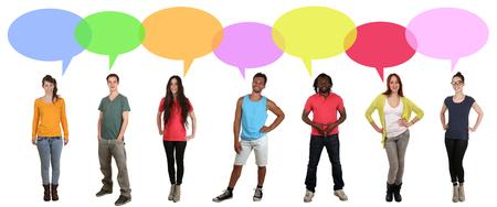 personas hablando: Sonreír múltiples grupo internacional étnica multicultural de jóvenes hablar con las burbujas del discurso y copyspace