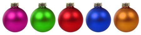 흰색 배경에 고립 된 행에서 화려한 크리스마스 공 싸구려
