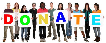 단어를 들고 젊은 다중 민족적인 사람들의 웃는 그룹이 기부금을 흰색으로 격리 기부
