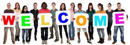 Glimlachend groep jonge multi-etnische mensen houden woord welkom op wit wordt geïsoleerd