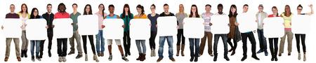 grupo de personas: Grupo sonriente de jóvenes étnicos de múltiples copyspace de doce carta o texto aislado en blanco