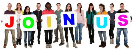 diversidad cultural: Sonriendo grupo de jóvenes de varios pueblos étnicos que sostienen palabra Únase a nosotros aislado en blanco