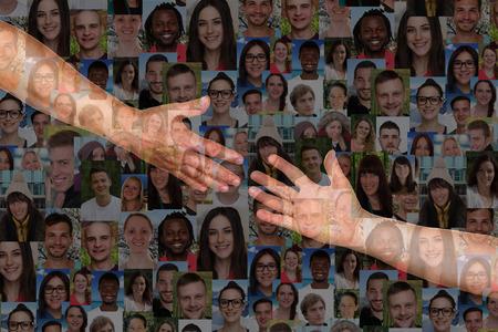 Elérve egy segítő kéz emberek kezébe mentési és a barátok támogatása Stock fotó