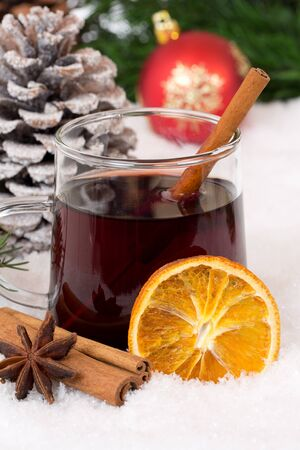 vin chaud: Mulled wine on Christmas in winter hot alcohol drink with snow and spices Banque d'images