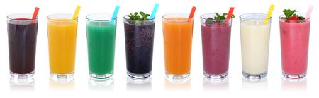 licuados de frutas: Zumos de frutas Smoothie batidos bebidas con frutas en una fila aislados en un fondo blanco Foto de archivo