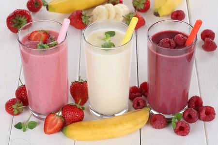 jugo de frutas: Jugo de frutas Smoothie con las frutas como fresas, frambuesas y pl�tano en vidrio