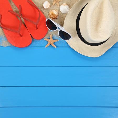 Scène van het strand in de zomer op vakantie met schelpen, hoed, sandalen, copyspace Stockfoto - 45690596
