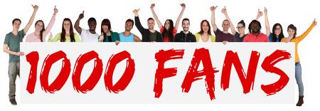 1000 aficionados gustos redes sociales grupo signo mediática de los jóvenes que sostienen la bandera aislado Foto de archivo - 45414103