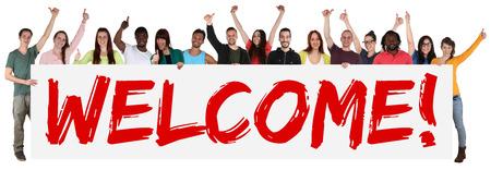 bienvenida: Bienvenido grupo signo de jóvenes de varios pueblos étnicos aislado bandera holding Foto de archivo