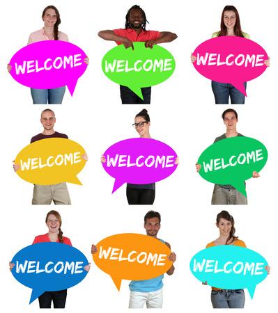 bienvenida: Los refugiados grupo de acogida de personas de multi étnico jóvenes con burbujas de discurso aislado