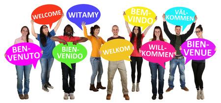 난민 격리 젊은 다중 민족적인 사람들의 다른 언어 그룹에 오신 것을 환영합니다 스톡 콘텐츠