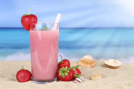 frutilla: Jugo de frutas batido de fresa con fresas frutos en verano en la playa Foto de archivo