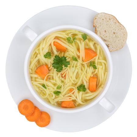Noodle soep maaltijd in kom met noedels van bovenaf geïsoleerd op een witte achtergrond