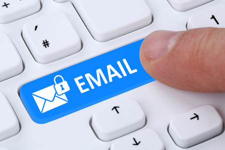 correo electronico: El envío de correo electrónico seguro de protección de correo electrónico cifrado a través de Internet en el ordenador con el símbolo de carta
