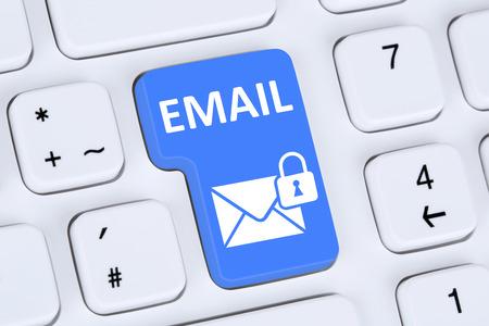 proteccion: El envío de correo electrónico seguro de protección de correo electrónico cifrado en el ordenador con el símbolo de carta