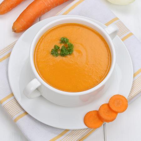 a carrot: ăn cà rốt bữa ăn trưa lành mạnh súp với cà rốt vào tô